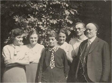 Therese Adler mit Ehemann Hirsch und ihren Kindern