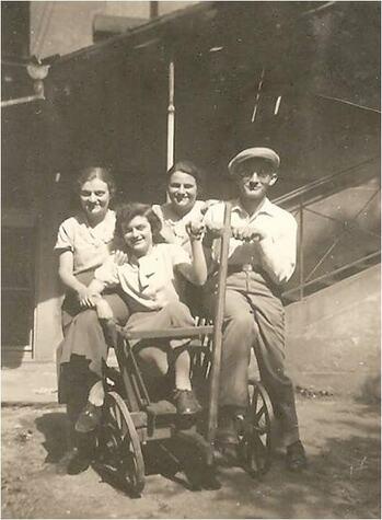 Suse Adler mit ihren Geschwistern Karl, Johanna und Lotte