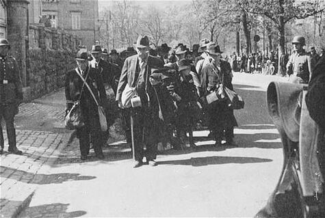 Deportation-Mainfränkischer-JudenWeg-zum-Bahnhof