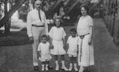 83_Grete Ehrlich mit ihrem Mann und ihren Kindern an der Kissinger Saline