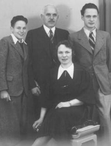 76_Felix Ehrlich (rechts) mit Eltern und Bruder