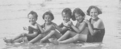 76_Felix Ehrlich (Mitte) unbeschwerte Kindheit am Meer mit Geschwistern und Freundinnen