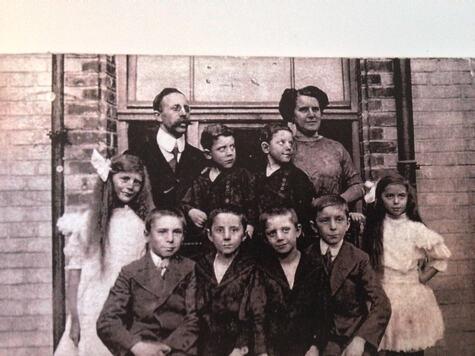 250_Isidor und Sophie Kissinger mit ihren 8 Kindern Kopie