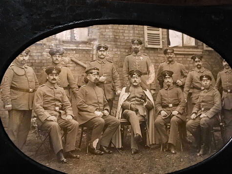 Albert-Rosenau-in-der-Mitte-mit-dem-weißen-Mantel--stabsarzt-im-Bayerischen-Heer-im-Ersten-Weltkriegb
